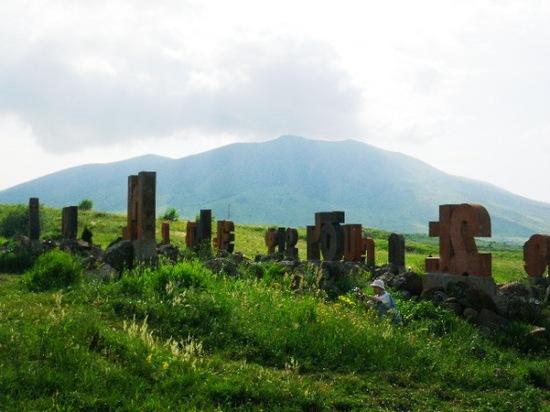 アルメニア文字とアライ山.jpg
